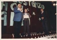 Serata d'Onore. Vittorio Gassman, Giorgio Albertazzi ed altri artisti al Teatro Parioli per i 30.000 iscritti al PR. Nella foto Pannella e Bonino con