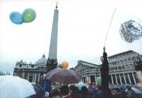 Marcia Pasqua '94. Arrivo della marcia a piazza S.Pietro. Militante in piedi sulla folla sventola la bandiera del PR (logo ghandi). Buona