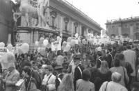 Marcia Pasqua '94. Partenza della marcia dal Campidoglio. Folla con palloncini e cartelli indicanti le delegazioni delle varie città: Zurigo, Cadice,