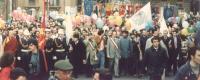 Marcia Pasqua '94. Durante la marcia, sindaci con fascia tricolore in testa, gonfaloni, bandiera PR, si distinguono i sindaci di Sarajevo Kresevljakov