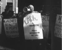 """""""manifestazione di Pannella a Montecitorio con altri militanti per protestare contro il tentativo dei partiti di ripristinare il finanziamento pubblic"""