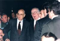 36° congresso I sessione. Primo piano stretto di Napolitano (presidente della Camera, PDS) e Spadolini (presidente del senato, PRI) nella platea del c