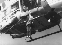 Emma Bonino, durante la sua attività di commissario UE, si cala dall'elicottero su una nave di controllo delle attività di pesca dell'UE. Ottima, impo