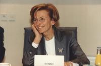 Emma Bonino durante una seduta della commissione UE. Primo piano stretto, sorridente, buona