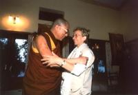 Emma Bonino si abbraccia con il Dalai Lama