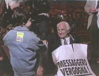 """""""Sit in di Pannella davanti a """"""""Il Messaggero"""""""". Notte, Pannella a terra con cartello con su scritto: """"""""Messaggero Vergogna"""""""", sorridente, stringe la"""