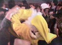 Pannella, con un vestito giallo da babbo Natale, lancia dell'hashish a Piazza Navona. Poco chiara, ma importante