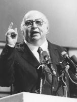 ritratto di Giovanni Spadolini, segretario del PRI che parla dalla tribuna del congresso del suo partito. (BN) nelle altre tutte le altre di foto di q