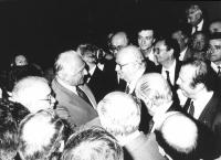 stretta di mano tra Pannella e Giovanni Spadolini, segretario del PRI, al congresso del PRI (BN)