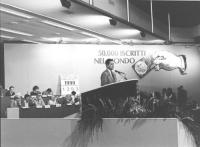Francesco Rutelli parla dalla tribuna del 2° Congresso italiano del PR. (Banner: 50.000 iscritti nel mondo).