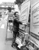 Rutelli stacca il pannello per i manifesti elettorali del PR. Per protestare contro il mancato rispetto del comune di Roma della legge elettorale che