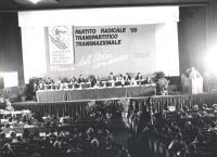 1° congresso italiano del PR. Bella foto d'insieme della presidenza con banner e logo PR, un po' di platea e Pannella che parla dalla tribuna. (BN)