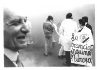 """""""manifestazione antinucleare. In primo piano, di profilo, Marco Pannella. Militanti radicali (ultima a destra, Laura Terni) con maschere antigas e car"""
