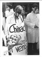 """""""manifestazione antinucleare. Militanti radicali (Emilio Vesce, Sergio Rovasio)) con maschere antigas e cartelli al collo: """"""""Chirac controlla i venti."""
