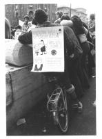 """""""manifestazione antinucleare in bicicletta. Ragazzo in bici con cartello al collo: """"""""associazione radicale IV circoscrizione, caricatura di Andreotti"""