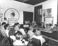 Rutelli parla in una assemblea nella sede di Torre Argentina 18. (Ben visibile su una parete, un cartello con il logo della marianna).