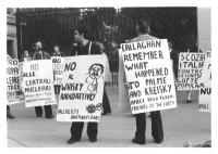 """""""manifestazione antinucleare, militanti con cartelli al collo: """"""""no alle centrali nucleari, amici della terra, PR"""""""", """"""""no al whisky radioattivo, alcol"""