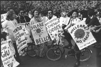 """""""manifestazione antinucleare in bicicletta. Militanti, tra cui Rosa Filippini, con cartelli al collo: """"""""nucleare ? No grazie, sole che ride, lega anti"""