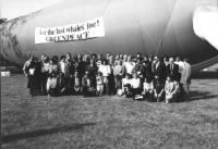 """""""foto di gruppo di ecologisti in un prato, alle loro spalle una enorme balena gonfiabile con scritta: """"""""let the last whales live! Greenpeace"""""""" (BN)"""""""
