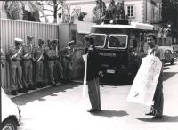 """Stango, con cartello al collo """"libertà di coscienza in tutta Europa"""", manifesta davanti all'ambasciata della Germania Est a Roma.  Rutelli di profilo."""