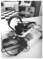 still life con due libri su Lejzer Zamenhof (creatore dell'esperanto) e Altiero Spinelli, e cuffie. (BN)