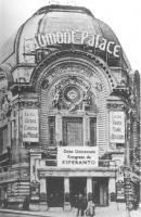 """ingresso del Gaumont Palace (""Le plus grand cinéma du monde""), palazzo tipicamente liberty, con cartello: """"deka universala kongreso de esperanto"""" ("
