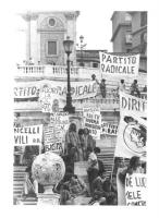 """""""corteo contro la disinformazione operata dalla RAI. Scalinata di Trinità dei Monti piena di striscioni e cartelli: """"""""Partito radicale"""""""", """"""""fuori la D"""