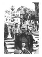 """""""corteo contro la disinformazione operata dalla RAI. Pannella intervistato, sullo sfondo della Scalinata di trinità dei Monti piena di striscioni e ca"""