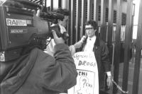 """""""Maurizio Turco con cartello al collo: """"""""referendum droga, chi l'ha visto?"""""""" incatenato al cancello della RAI a Saxa Rubra, intervistato dalla RAI. (B"""