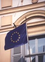 bandiera dell'Europa che sventola da un pennone