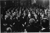 stesso convegno ufficiale della 1382, Adelaide Aglietta, in piedi, interrompe il presidente della Repubblica Leone, tutti i membri della nomenklatura