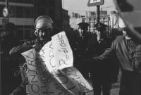 """""""manifestazione radicale. Un poliziotto in assetto antisommossa strappa un cartello: """"""""contro l'Europa dei governi, un governo per l'Europa. Partito r"""