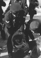 manifestazione radicale. Poliziotti tirano a forza un ragazzo seduto a terra (BN) buona