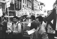 """""""Pannella ad un corteo per gli Stati Uniti d'Europa e l'ingresso della Jugoslavia nella CEE con cartello al collo, dietro lui striscione: """"""""…. Parlame"""