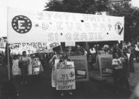 """""""Pannella ad un corteo per gli Stati Uniti d'Europa e l'ingresso della Jugoslavia nella CEE con cartello al collo, dietro a lui striscione: """"""""Stati Un"""