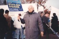 Pannella con cartello in mano alla manifestazione a Maastricht per il riconoscimento di Croazia e Slovenia e gli Stati Uniti d'Europa.