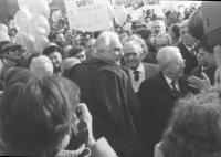 """""""marcia di Natale '84. Pannella con Vetere (sindaco di Roma, PCI) e Zamberletti (DC), cartello: """"""""W Pertini, Papa, Piccoli, Craxi contro la fame"""""""" (BN"""