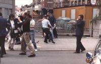 manifestazione radicale in occasione del vertice dei capi di Stato. La polizia trascina via un manifestante sotto l'occhio di una telecamera.