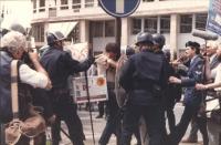 manifestazione radicale in occasione del vertice dei capi di Stato. La polizia trascina via un manifestante che si aggrappa disperatamente ad un palo