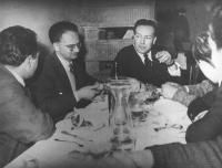 Elio Vittorini a tavola con degli amici (BN)