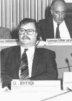 Consiglio Federale, I sessione, ritratto di U. Bytyqi (Kosovo) (BN). In secondo piano: Lorenzo Strick Lievers. Nelle altre altre foto dello stesso CF
