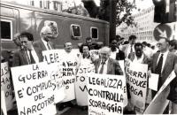 Taradash, Pannella, Andreani, Stanzani, Guissou, Marie-Andrè Bertand, Bordon con i cartelli al collo ad una manifestazione per la legalizzazione delle