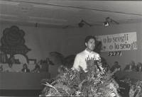 """Rutelli parla alla tribuna del 32° congresso I sessione del PR. Sullo sfondo logo e scritta: """"o lo scegli o lo sciogli"""",  con numero iscritti: 5277."""