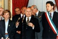 Marcia Pasqua '94. Il Presidente della Repubblica Scalfaro (parla al microfono) riceve al Quirinale Bonino (in Jeans), Rutelli (con fascia tricolore d