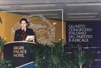 Rutelli parla dalla tribuna del 4° congresso italiano del PR. Largo con banner e logo.