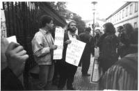 """""""Manifestazione radicale davanti all'ambasciata polacca a Praga contro la proposta di abrogazione dell'aborto in Polonia. (BN) Cartelli: """"""""Jeden klery"""