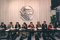 conferenza stampa sul Tibet alla sede del PR. Da sinistra: ???, Michael Van Walt van Praag, ???, Piero Verni, Giovanni Negri, ???, con logo PR