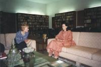 Emma Bonino si incontra con Sonia Ghandi (vedova dell'ex primo ministro dell'India ucciso dagli estremisti). Importante