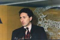 Rutelli parla dalla tribuna di un congresso italiano del PR.