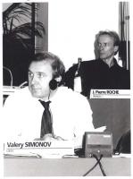 """""""Consiglio Federale, I sessione, ritratto di Valery Simonov (URSS) vicedirettore """"""""Komsoholskaja Pravda"""""""", (BN)"""" In secondo piano: Jean Pierre Roche."""